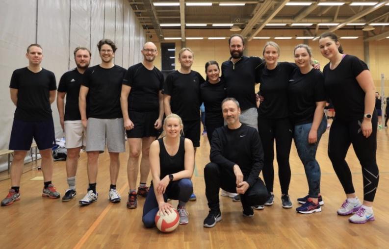 Bedriftsidrettslaget spiller volleyball