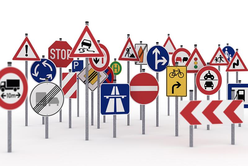 For mange trafikkskilt på hvit bakgrunn