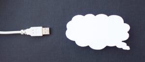 Sky for datalagring kuttet fra papir på svart bakgrunn og kabel-USB, nærbilde, sky