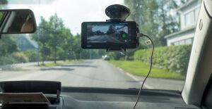 Larvik kommune bruker RoadAI til å filme vegnettet_mobiltelefon i frontruta på en bil