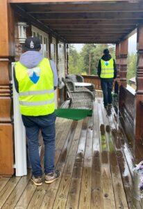 Besiktigelse i Lesja kommune_besiktigere med refleksvest besiktiger hytte