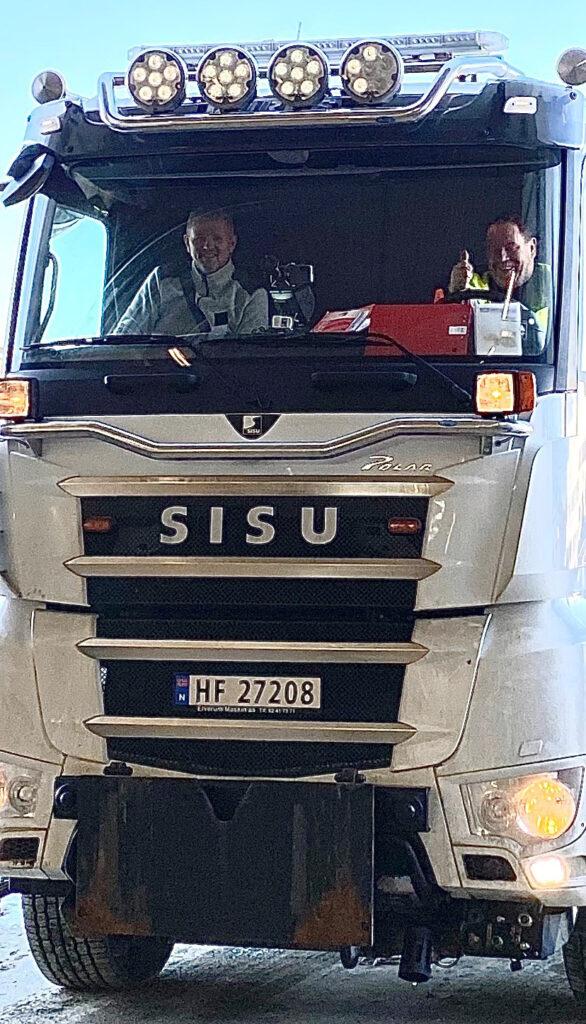 Montering av vegsensor MD30 hos SVV_to menn i en brøytebil