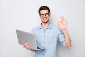 Fornøyd mann med laptop