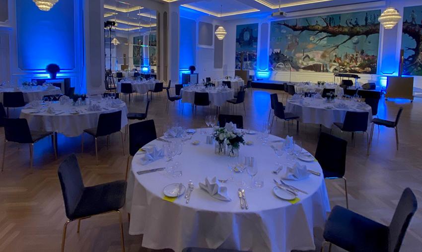Bilde av festsal med rundbord med hvite duker